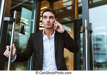 buero, geschaeftswelt, telefonierende , ernst, mann