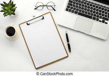 buero, laptop, daheim, ansicht, arbeitsbereich, auf, oberseite, mockup., pflanze, legen, wohnung, verhöhnen, legen, grün, klemmbrett, brille, bohnenkaffee