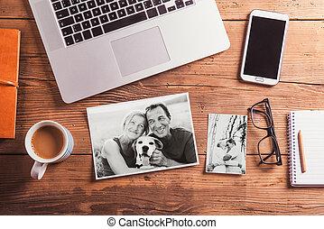 buero, schwarzweiss, fotos, desk., gegenstände, ältere paare
