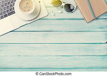 buero, tisch, mit, laptop, bohnenkaffee, und, sonnenbrille