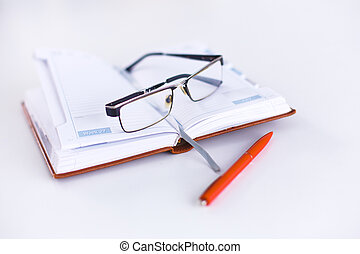 bugia, quaderno, aperto, occhiali, tavola