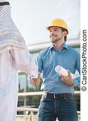 builder., ángulo, hombres, dos, árabe, bajo, manos, hombre...