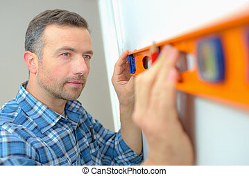 Builder using a spirit level