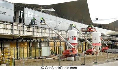 Builders establish glasses at reconstruction of southern station Sudbahnhof