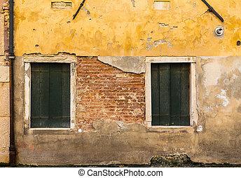 Building Walls in Venice