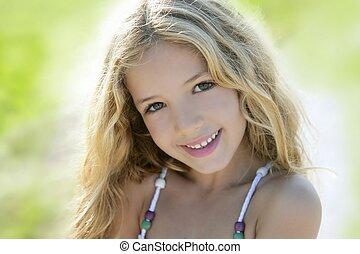 buiten, groene, verticaal, het glimlachen meisje, vrolijke