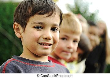 buiten, groep, verticaal, vrolijke , kinderen
