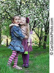 buiten, meiden, lente, park, boompje, spelend, vrolijke