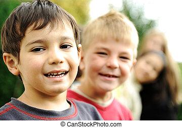 buiten, samen, zonder, slordig, limiet, het glimlachen gezichten, kinderen, geluk, vrolijke