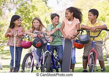 buiten, scooters, skateboard, jonge, bicycles, vijf, vrienden