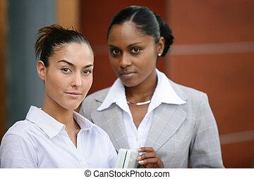 buiten, stond, twee, kantoor, businesswomen