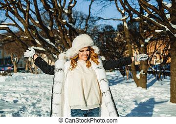 buiten, vacht, winter, vrouw, plezier, hoedje, hebben, vrolijke