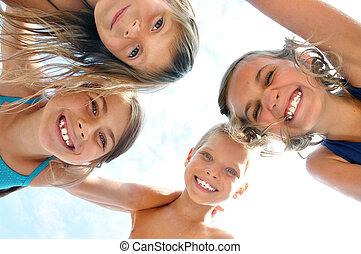 buiten, verticaal, het glimlachen, vrienden, kinderen, vrolijke