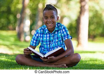 buiten, verticaal, van, student, zwarte jongen, het lezen van een boek, -, afrikaan, mensen