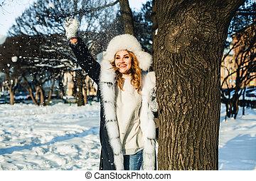 buiten, winter, vrouw, plezier, het glimlachen, hebben