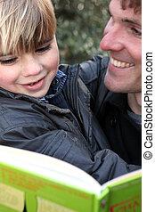 buitenshuis, boek, vader, lezende , zoon