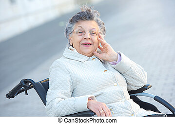 buitenshuis, wheelchair, oud, glimlachende vrouw