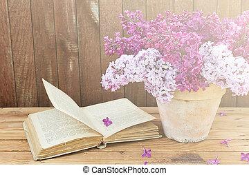 bukett, av, lila, blomningen, in, a, kruka, och, gammal, bok, på, a, bakgrund, av, årgång, trä planka