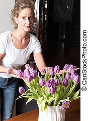 bukiet, formując, kobieta, purpurowy, tulipany