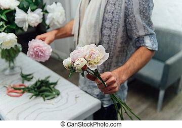 bukiet, peones, samiec, przygotowując, kwiaciarka