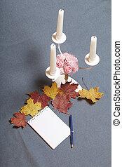 bukott, notepad, candles., zöld, oda, szétszóródott, fém, sárga, ősz, kovácsolt, pen., gyertyatartó, nyílik, surface., piros