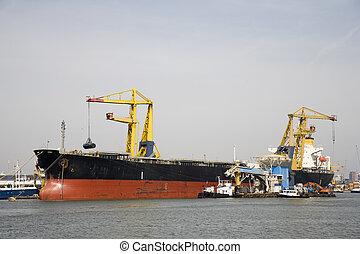 Bulk carrier unloading in the Port of Rotterdam