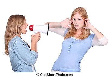 bullhorn, femme, crier, ami, elle