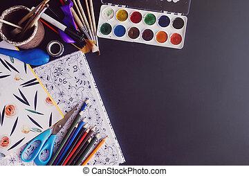 bunte, bleistifte, farben, bürsten, schere, und, farbton- buch, auf, tafel, hintergrund, raum, für, text, wohnung, legen, zurück schule, begriff