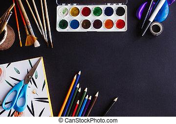 bunte, bleistifte, farben, bürsten, schere, und, notizbuch, auf, tafel, hintergrund, raum, für, text, wohnung, legen, zurück schule, begriff
