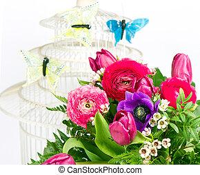 bunte, frühjahrsblumen, blumengebinde, mit, vlinders