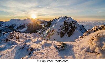 bunte, goldener sonnenuntergang, in, schneeberge, in, winter, oben, nebel, clouds., puppe, kugel, zeit- versehen, tag nacht