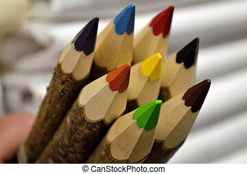 bunte Naturfarbstifte - Buntstiftauswahl aus rustikalem Holz