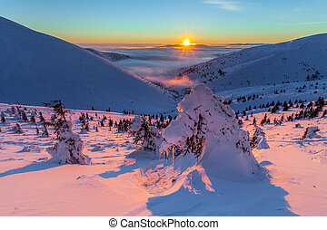 bunte, winter, sonnenaufgang, in, der, berge.