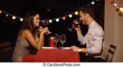 buono, coppia, dall'aspetto, pani tostati, vetri vino