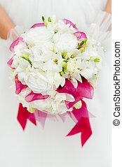 buquê casamento, com, flores brancas, em, mãos, de, noiva