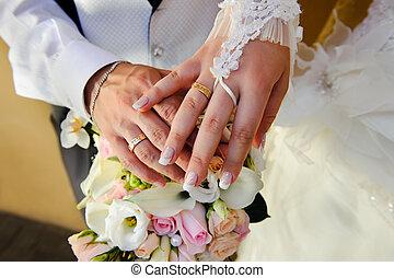 buquê casamento, com, mãos, e, anéis