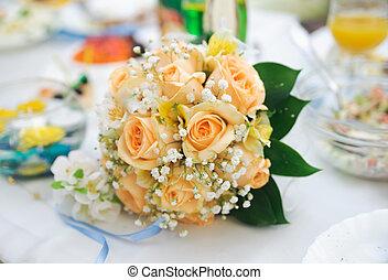 buquê casamento, de, laranja, rosas, mentindo, ligado, um, tabela