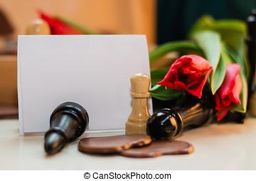 buquet, de, vermelho, tulips, chocolates, em, um, forma, de, um, coração, e, xadrez, com, tag
