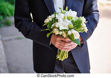 buquet, noivo, segurando, nupcial, flores, branca