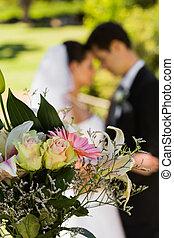 buquet, par, parque, fundo borrado, recém casado
