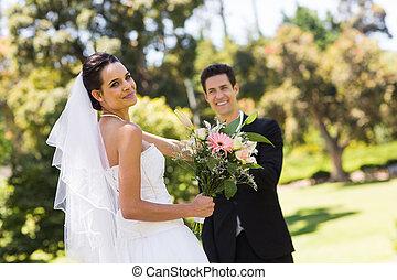 buquet, par, recém casado, feliz