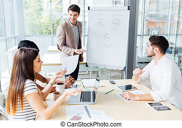bureau affaires, gens, homme affaires, confection, présentation, heureux