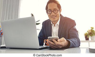 bureau affaires, ordinateur portable, téléphone portable, utilisation, homme