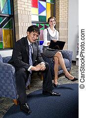 bureau affaires, ouvriers, jeune, deux, salle d'attente