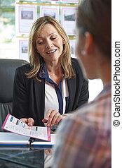 bureau, agent immobilier, client, propriété, discuter