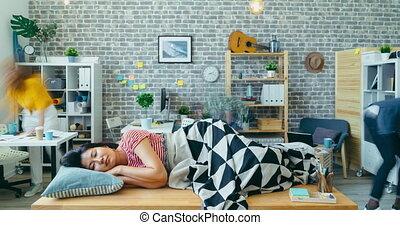 bureau, asiatique, défaillance, bureau, dormir, temps, quoique, dame, gens, fonctionnement