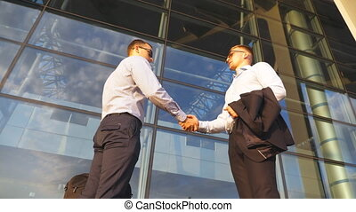bureau, autre., deux, secousse, fin, poignée main, lent, outdoor., bras, réunion, salutation, urbain, business, environment., mains, collègues, haut, mouvement, hommes affaires, chaque, dehors., mâle, secousse
