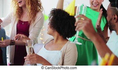 bureau, célébrer, équipe, fête, boissons, heureux