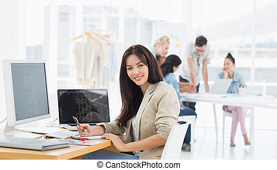 bureau, collègues, derrière, bureau occasionnel, femme