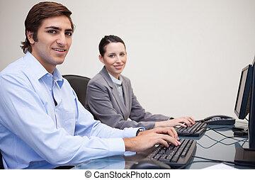bureau, collègues, ordinateurs, utilisation